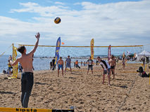 Gens du commun jouant le volleyball de plage sur le bord de la mer Photo stock
