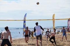 Gens du commun jouant le volleyball de plage sur le bord de la mer Photos libres de droits