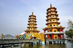 Gens du pays avec l'intérêt architectural de style chinois - Dragon Tiger Tower Images stock