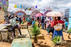 Gens du pays dans le cimetière, festival géant de cerf-volant, Santiago Sacatepequez, images libres de droits