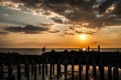 Gens du pays pêchant dans le coucher du soleil photo stock