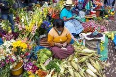 Gens du pays sur un marché de la ville de Pisac Images libres de droits