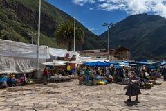 Gens du pays sur un marché de la ville de Pisac, dans la vallée de Sacredy Photos stock