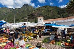 Gens du pays sur un marché de la ville de Pisac, dans la vallée de Sacredy Photographie stock libre de droits