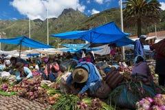 Gens du pays sur un marché de la ville de Pisac, dans la vallée de Sacredy Photo stock