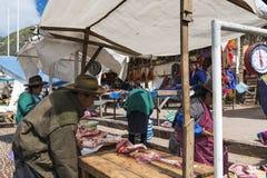 Gens du pays sur un marché de la ville de Pisac, dans la vallée sacrée Photo stock