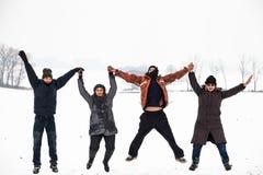 Gens heureux branchant en hiver de neige photo libre de droits