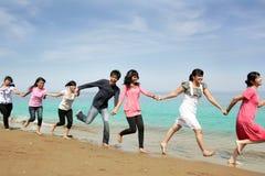 gens heureux de plage images stock