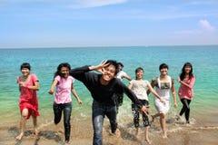 gens heureux de plage photos stock
