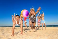 Gens joyeux jouant au volleyball Image libre de droits