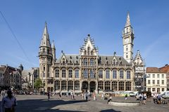 Gent, België - Juni 1, 2017: Het oude postgebouw over de Heilige Nicolas Church in het centrum van stad royalty-vrije stock fotografie