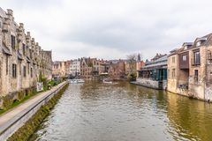 Gent, Belgien - 6. APRIL 2019: Bootsreise auf dem Kanal in Gent stockfoto