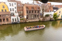 Gent, Belgien - 6. APRIL 2019: Bootsreise auf dem Kanal in Gent stockbild