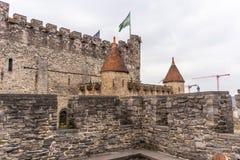 Gent, Belgien - 6. APRIL 2019: Gravensteen Mittelalterliches Schloss in Gent Details innerhalb des Schlosses stockfotos