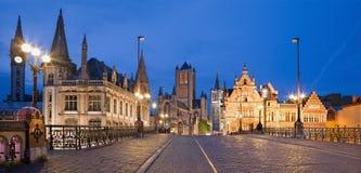GENT, BELGIEN - 24. JUNI 2012: Schauen Sie von Brücke St Michael s zu Nicholas-Kirche und Rathaus am Abend Stockfotos