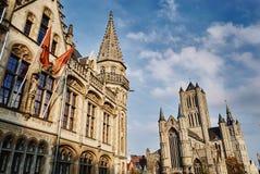 Gent, Ostflandern, Belgien, am 17. Oktober 2018: Ansicht von Sankt Nikolaus 'Kirche und alte Post lizenzfreies stockfoto