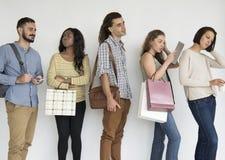Gente étnica diversa en una línea el esperar Foto de archivo