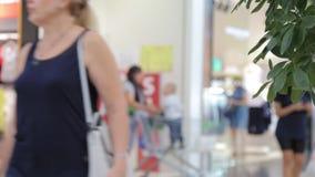 Gente abstracta de la falta de definición del fondo que acomete a la alameda para hacer compras