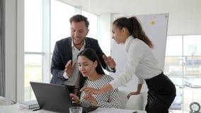 Gente acertada joven, equipo acertado del negocio del trato en la oficina moderna, empleados emocionales en oficina, almacen de video
