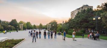Gente activa en el parque, ciudad de Baku, Azerbaijan Foto de archivo libre de regalías