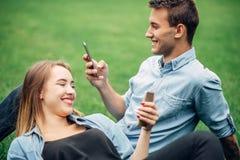 Gente adicta del teléfono, adicto social imagen de archivo