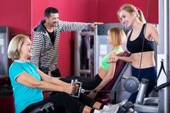 Gente adulta que tiene entrenamiento de la fuerza en gimnasio Fotografía de archivo libre de regalías