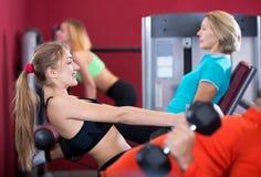 Gente adulta que tiene entrenamiento de la fuerza en gimnasio Imagen de archivo libre de regalías