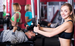 Gente adulta que tiene entrenamiento de la fuerza en gimnasio Imagenes de archivo