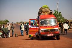 Gente africana y furgoneta mínima africana cargada Fotos de archivo
