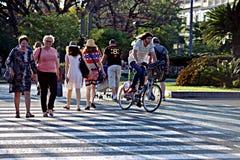 Gente 77 al aire libre que caminan Imágenes de archivo libres de regalías