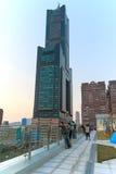 Gente al lado de la torre del cielo de Tuntex que mira la puesta del sol foto de archivo libre de regalías