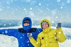 Gente alegre en un top de la montaña Foto de archivo libre de regalías