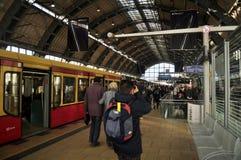 Gente alemana que camina arriba y abajo del tren dentro de Berlin Hauptbahnhof Railway Central Station Imagen de archivo