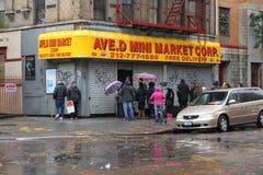 Gente alineada para el alimento en NYC después de huracán Imágenes de archivo libres de regalías