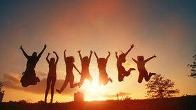 Gente allegra che salta al tramonto stock footage