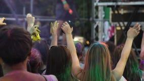 Gente allegra divertendosi al festival di Holi ed allungando fuori le mani alla fase archivi video