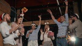 Gente allegra su un partito tutta insieme video d archivio