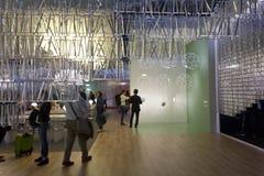 Gente alrededor de una cabina de la iluminación durante la semana milanesa del diseño Foto de archivo libre de regalías