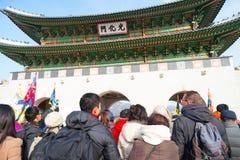 Gente alrededor del palacio de Gyeongbokgung en Seul, Corea en Ko del sur Imágenes de archivo libres de regalías