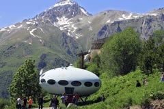 Gente alrededor del UFO Imágenes de archivo libres de regalías