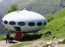 Gente alrededor del UFO el aterrizaje entre las montañas Imagenes de archivo