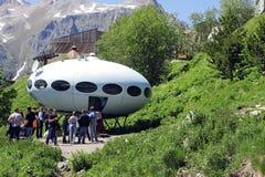 Gente alrededor del UFO ese aterrizaje entre las montañas del Cáucaso Fotos de archivo