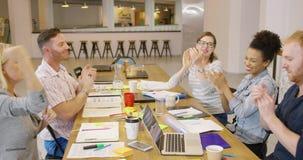 Gente alta-fiving en oficina almacen de metraje de vídeo