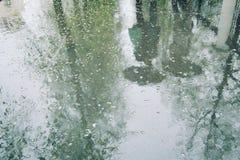 Gente ambulante Giorno piovoso riflessione Foto invecchiata Fotografia Stock