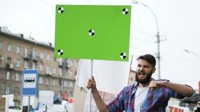 Gente americana en la demostración política Bandera con el seguimiento de los marcadores