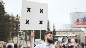 Gente americana en la huelga política Bandera verde con el seguimiento de los marcadores