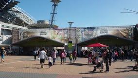 Gente ammucchiata all'entrata della manifestazione reale di Pasqua, parco olimpico