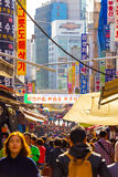 Gente ammucchiata mercato Seoul di camminata V di Namdaemun Immagini Stock