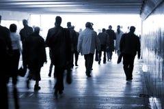 Gente andante in un sottopassaggio Fotografie Stock