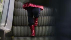 Gente anonima che cammina sul EscalatorLift nel centro commerciale stock footage